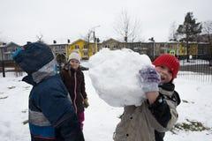 Τα παιδιά διαμορφώνουν και χρωματίζοντας το χιονάνθρωπο Στοκ φωτογραφίες με δικαίωμα ελεύθερης χρήσης