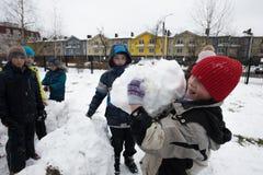 Τα παιδιά διαμορφώνουν και χρωματίζοντας το χιονάνθρωπο Στοκ φωτογραφία με δικαίωμα ελεύθερης χρήσης