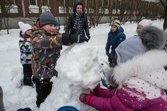 Τα παιδιά διαμορφώνουν και χρωματίζοντας το χιονάνθρωπο Στοκ Εικόνες