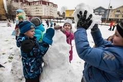 Τα παιδιά διαμορφώνουν και χρωματίζοντας το χιονάνθρωπο Στοκ Εικόνα