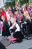 Τα παιδιά κατά τη διάρκεια της παρέλασης στη νορβηγική ημέρα συνταγμάτων στοκ εικόνες με δικαίωμα ελεύθερης χρήσης