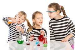 Τα παιδιά μαθαίνουν τη χημεία, εργασία στο χημικό εργαστήριο στοκ φωτογραφία με δικαίωμα ελεύθερης χρήσης