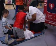 Τα παιδιά μαθαίνουν cpr την ιατρική διαδικασία Στοκ Εικόνες