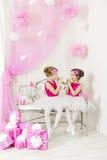 Τα παιδιά με παρουσιάζουν τη γιορτή γενεθλίων ευτυχή Παιχνίδι αδελφών κοριτσιών Στοκ Φωτογραφία