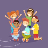 Τα παιδιά ομαδοποιούν εκμετάλλευσης τηλεοπτικό παιχνίδι υπολογιστών πηδαλίων το παίζοντας Στοκ Φωτογραφίες