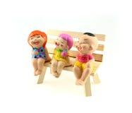 Τα παιδιά ομαδοποιούν το άγαλμα στην ξύλινη καρέκλα Στοκ φωτογραφία με δικαίωμα ελεύθερης χρήσης