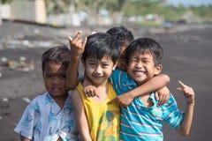 Τα παιδιά ομαδοποιούν το πορτρέτο στην παραλία με την ηφαιστειακή άμμο κοντά στο ηφαίστειο Mayon, Φιλιππίνες Στοκ Εικόνες