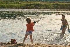 Τα παιδιά λούζουν το βράδυ στην παραλία πόλεων στοκ εικόνες με δικαίωμα ελεύθερης χρήσης