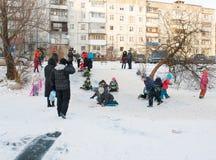 Τα παιδιά οδηγούν με το παγωμένο βουνό Στοκ φωτογραφία με δικαίωμα ελεύθερης χρήσης