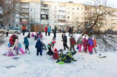Τα παιδιά οδηγούν με το παγωμένο βουνό Στοκ Εικόνα