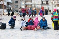Τα παιδιά οδηγούν με το παγωμένο βουνό Στοκ Φωτογραφία