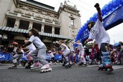 Τα παιδιά οδηγούν τους κυλίνδρους στη φυλή Βελιγραδι'ου Rollerskates Στοκ εικόνα με δικαίωμα ελεύθερης χρήσης