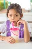 Τα παιδιά πίνουν τους καταφερτζήδες φρούτων Στοκ φωτογραφία με δικαίωμα ελεύθερης χρήσης