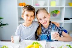 Τα παιδιά πίνουν το γάλα Στοκ Φωτογραφίες
