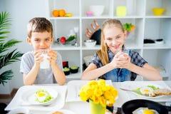 Τα παιδιά πίνουν το γάλα Στοκ εικόνες με δικαίωμα ελεύθερης χρήσης