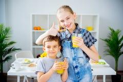 Τα παιδιά πίνουν το γάλα Στοκ φωτογραφία με δικαίωμα ελεύθερης χρήσης