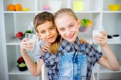 Τα παιδιά πίνουν το γάλα Στοκ Εικόνες