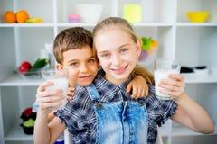 Τα παιδιά πίνουν το γάλα Στοκ εικόνα με δικαίωμα ελεύθερης χρήσης