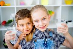 Τα παιδιά πίνουν το γάλα Στοκ φωτογραφίες με δικαίωμα ελεύθερης χρήσης
