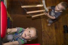 Τα παιδιά παίζουν για το σουηδικό τοίχο Στοκ φωτογραφία με δικαίωμα ελεύθερης χρήσης