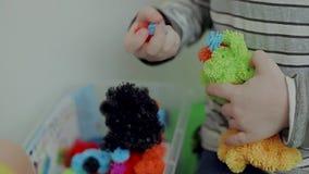 Τα παιδιά παίζουν με τα εκπαιδευτικά παιχνίδια απόθεμα βίντεο
