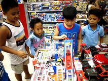 Τα παιδιά παίζουν με τα παιχνίδια σε ένα κατάστημα παιχνιδιών στη λεωφόρο πόλεων SM στην πόλη Taytay, Φιλιππίνες στοκ εικόνες
