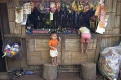 Τα παιδιά παίζουν σε ένα μικρό κατάστημα πρόχειρων φαγητών Στοκ φωτογραφία με δικαίωμα ελεύθερης χρήσης