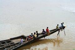 Τα παιδιά παίζουν σε μια μακριά βάρκα φιδιών Στοκ εικόνες με δικαίωμα ελεύθερης χρήσης