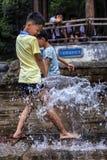 Τα παιδιά παίζουν στην πηγή νερού Στοκ φωτογραφίες με δικαίωμα ελεύθερης χρήσης