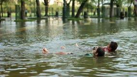 Τα παιδιά παίζουν στην πλημμύρα απόθεμα βίντεο