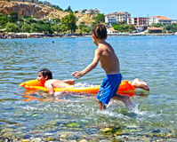 Τα παιδιά παίζουν στη θάλασσα στοκ εικόνα με δικαίωμα ελεύθερης χρήσης