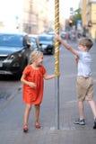 Τα παιδιά παίζουν στο πεζοδρόμιο Στοκ φωτογραφία με δικαίωμα ελεύθερης χρήσης