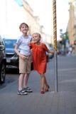 Τα παιδιά παίζουν στο πεζοδρόμιο Στοκ Φωτογραφίες
