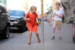 Τα παιδιά παίζουν στο πεζοδρόμιο Στοκ Εικόνες