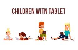 Τα παιδιά παίζουν στο smartphone ή την ταμπλέτα Στοκ εικόνα με δικαίωμα ελεύθερης χρήσης