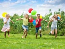 Τα παιδιά παίζουν τα παιχνίδια με ballons Στοκ φωτογραφία με δικαίωμα ελεύθερης χρήσης