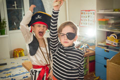 Τα παιδιά παίζουν τους πειρατές Στοκ Εικόνα