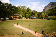 Τα παιδιά παίζουν το γρύλο στους τοπικούς λόγους στη Ella, Σρι Λάνκα Τ στοκ φωτογραφία με δικαίωμα ελεύθερης χρήσης