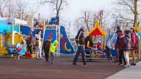 Τα παιδιά παίζουν hopscotch απόθεμα βίντεο