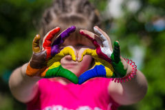 Τα παιδιά παραδίδουν τα χρώματα χρώματος κάνουν μια μορφή καρδιών, εστιάζουν στα χέρια στοκ φωτογραφία με δικαίωμα ελεύθερης χρήσης