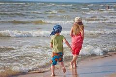 τα παιδιά παραλιών ντύνουν το λευκό αδελφών στοκ φωτογραφία με δικαίωμα ελεύθερης χρήσης