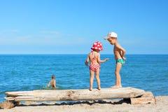 Τα παιδιά παραλιών παίζουν τις θερινές διακοπές Στοκ φωτογραφίες με δικαίωμα ελεύθερης χρήσης
