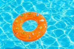 Τα παιδιά περιβάλλουν για την κολύμβηση στη λίμνη Στοκ εικόνα με δικαίωμα ελεύθερης χρήσης