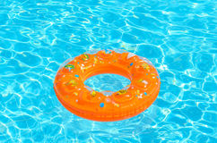 Τα παιδιά περιβάλλουν για την κολύμβηση στη λίμνη Στοκ εικόνες με δικαίωμα ελεύθερης χρήσης