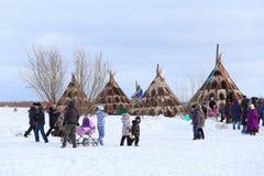 Τα παιδιά περπατούν ανάμεσα στις σκηνές Nenets Στοκ εικόνα με δικαίωμα ελεύθερης χρήσης