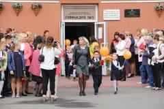 Τα παιδιά πηγαίνουν πίσω στο σχολείο - διακοπές το Σεπτέμβριο, η πρώτη θέση Στοκ Εικόνες