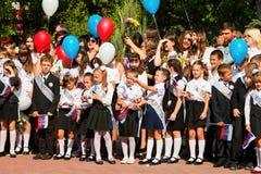 Τα παιδιά πηγαίνουν πίσω στο σχολείο Στοκ φωτογραφία με δικαίωμα ελεύθερης χρήσης