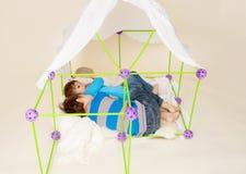 Τα παιδιά που παίζουν με τη σκηνή, προσποιούνται το οχυρό στοκ φωτογραφία