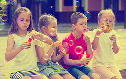 Τα παιδιά που φυσούν βράζουν υπαίθρια Στοκ Εικόνα