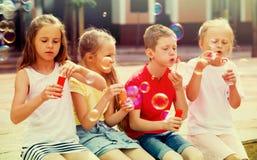 Τα παιδιά που φυσούν βράζουν υπαίθρια Στοκ φωτογραφίες με δικαίωμα ελεύθερης χρήσης